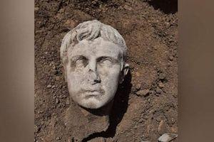 Khai quật đầu tượng bằng đá cẩm thạch 2.000 năm tuổi của Hoàng đế La Mã đầu tiên