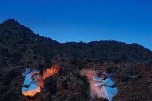 Điệu nhảy kỳ lạ của người Ả Rập có sử dụng súng khiến du khách ngạc nhiên