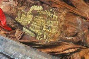 Phát hiện ngôi mộ cổ đơn sơ nhưng người nằm bên trong lại mặc áo long bào: Đó là ai?