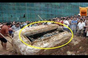 Công nhân xây dựng bất ngờ đào được cỗ quan tài, khi khiêng nó lên ai nấy đều thất kinh vì dòng chữ khắc trên đó