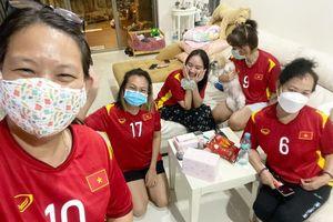 Ở Thái Lan, gia đình HLV Kiatisak mặc áo ĐTVN cổ vũ ông Park Hang Seo hạ Malaysia