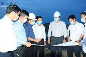 Thi công cả ngày lẫn đêm công trình kè biển xã Bình Hải