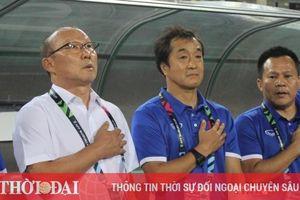 Nhận thẻ vàng vì bảo vệ học trò, thầy Park bị cấm chỉ đạo ở trận gặp UAE
