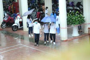 Phụ huynh Hà Nội 'đội mưa' đưa con đi thi vào lớp 10