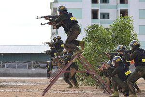 Tân binh Cảnh sát cơ động trình diễn võ thuật, bắn súng, trấn áp tội phạm