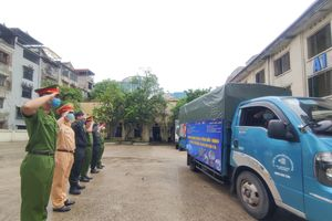 Thanh niên Công an Thủ đô đội mưa chuyển hàng tiếp sức tuyến đầu ở tâm dịch Bắc Ninh