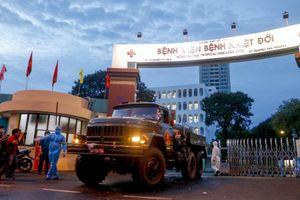 Cận cảnh quân đội phun khử khuẩn Bệnh viện Bệnh Nhiệt đới TP.HCM