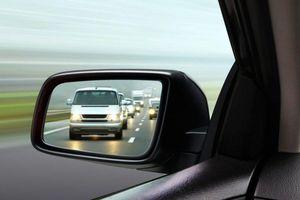 Dùng gương chiếu hậu khi chuyển làn như thế nào là tốt nhất?