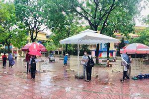 Quận Thanh Xuân: 17 thí sinh vắng mặt, hỗ trợ đồ cho thí sinh bị ướt