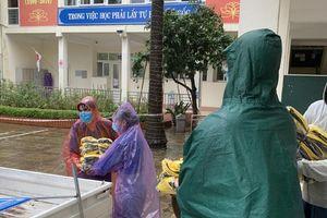 Trường học chi viện hàng trăm bộ quần áo đồng phục giúp thí sinh bị ướt mưa