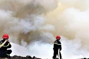 Cháy đỏ rực tại bãi rác lớn nhất Đà Nẵng, cột khói khổng lồ trùm khu dân cư