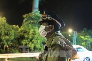Xúc động hình ảnh chiến sĩ dầm mưa bám chốt chống dịch COVID-19