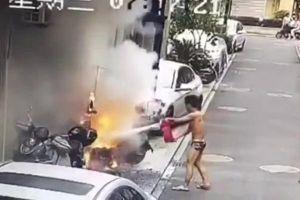 Chàng trai chạy vội ra dập đám cháy khi chưa kịp mặc quần áo