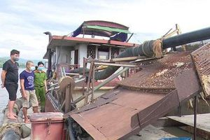 Công an bắt 2 tàu khai thác cát trong thời gian giãn cách xã hội ở Bắc Giang