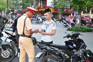 Sử dụng ô (dù) khi đi xe máy bị phạt bao nhiêu?