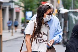 Katie Holmes để tóc ướt, một mình đi dạo phố ở New York