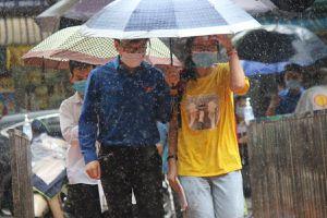 Dầm mình trong mưa hỗ trợ thí sinh thi vào lớp 10 tại Hà Nội