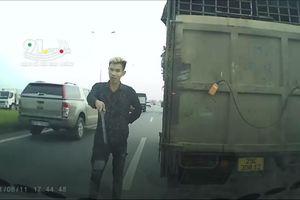 Cầm tuýp sắt chặn đầu ô tô đe dọa tài xế