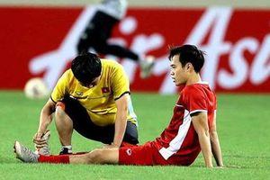 Tiền đạo Văn Toàn nói gì với gia đình về pha bóng bị cầu thủ Malaysia phạm lỗi trong vòng cấm?