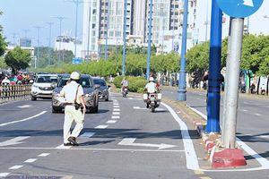 Người đi xe máy 'đảo chiều' khi gặp CSGT ở đường Võ Văn Kiệt