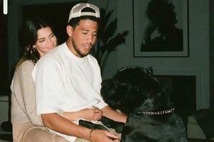 Kendall Jenner kỷ niệm một năm yêu cầu thủ bóng rổ