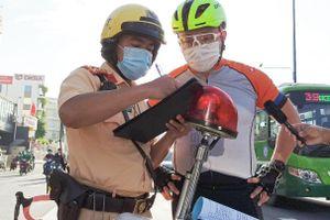 Chạy xe vào đường cấm, nhiều người bị CSGT xử phạt ở TP.HCM