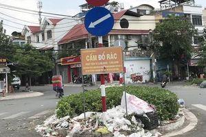 Đổ rác ngay biển cấm