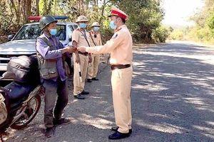 Tích cực tuyên truyền cho đồng bào dân tộc nâng cao ý thức chấp hành luật giao thông