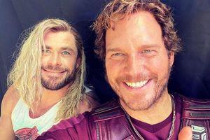 Chris Hemsworth tươi rói cùng Chris Pratt trên phim trường Thor 4