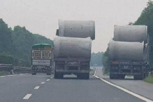 Thót tim đi sau xe tải chở cồng kềnh, không chằng buộc