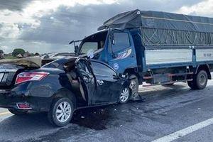 Tài xế xe con lấn làn đối đầu xe tải khiến 3 người tử vong