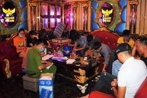 Bất chấp lệnh cấm, hàng loạt quán karaoke ở Quảng Nam mở cửa đón khách