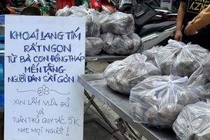Ấm lòng sạp khoai lang miễn phí của bà con Đồng Tháp dành cho người dân TP.HCM
