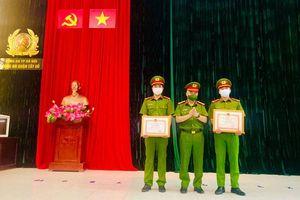 Chủ tịch UBND thành phố Hà Nội khen thưởng 2 cán bộ Công an quận Tây Hồ