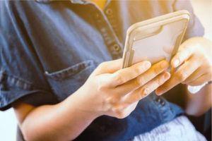 Lạm dụng điện thoại thông minh trong đại dịch COVID-19 làm gia tăng béo phì ở thanh thiếu niên