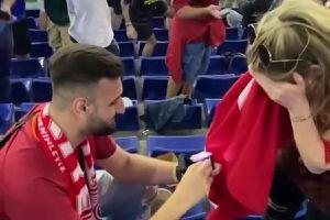 Fan Thổ Nhĩ Kỳ cầu hôn bạn gái trên khán đài Euro 2020