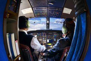 Phi công Ấn Độ ngã trong buồng lái khi nhận tin đồng nghiệp chết