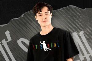 Văn Toàn bị làm giả áo in hình cú ngã trong trận gặp Malaysia