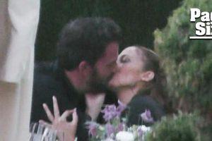 Jennifer Lopez lần đầu bị bắt gặp hôn đắm đuối Ben Affleck sau nối lại tình xưa