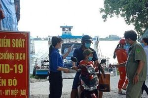 Nữ sinh THPT 'gác nghỉ hè' tình nguyện tham gia trực chốt chống dịch
