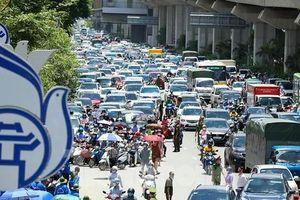 Ùn tắc giao thông lúc tan thi vào trường chuyên Khoa học Tự nhiên Hà Nội