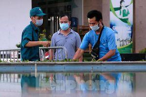 Hình ảnh phong tỏa chung cư ở quận Long Biên vì ca COVID-19