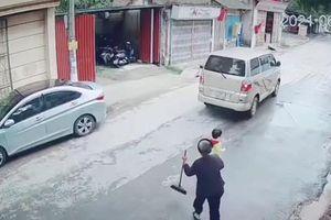 Bất ngờ lao ra đường, đứa trẻ suýt bị xe đâm mạnh