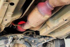 Ống xả ô tô bị nung đỏ như lò rèn, mối nguy rình rập ít người biết