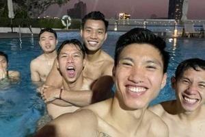 Nắng 35 độ C, ngắm dàn tuyển thủ Việt Nam ở bể bơi với body toàn 'cực phẩm'