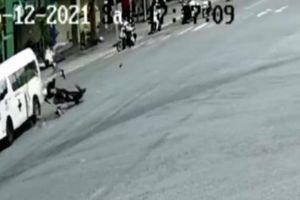 Hai thanh niên lộn nhiều vòng sau cú tông ngang xe cứu thương