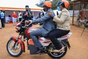 Rwanda tìm cách điện hóa ngành kinh tế xe ôm