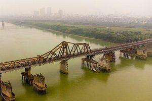 Hà Nội: Cầu trăm tuổi xuống cấp trầm trọng vẫn phải 'gồng mình' đưa người qua sông