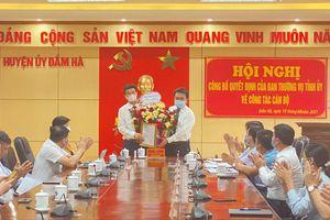 Trao quyết định về công tác cán bộ tại huyện Đầm Hà