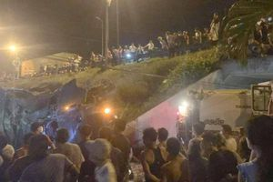 Quảng Nam: Xe ôtô quân đội lao xuống vực trong đêm, 2 người trọng thương